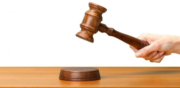 Quelqu'un tenant une loi en bois marteau