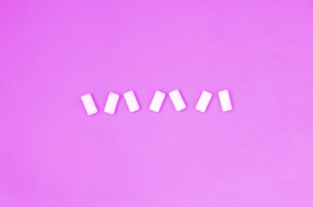 Quelques chewing-gums se trouvent sur violet