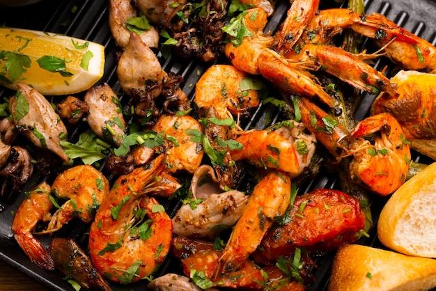 Quelques délicieuses crevettes grillées sur un plateau avec des fruits de mer.