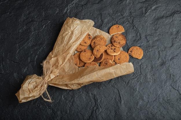 Quelques délicieux biscuits sur du papier sulfurisé.