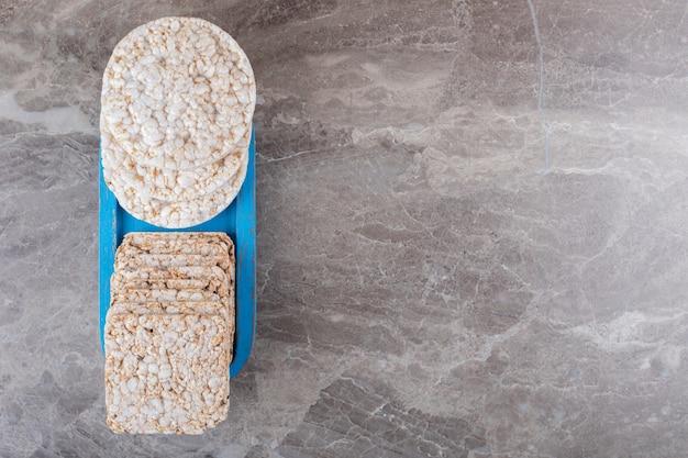 Quelques galettes de riz au plateau, sur fond de marbre.