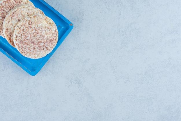 Quelques galettes de riz à bord sur du marbre.