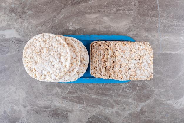 Quelques galettes de riz sur le plateau, sur la surface en marbre