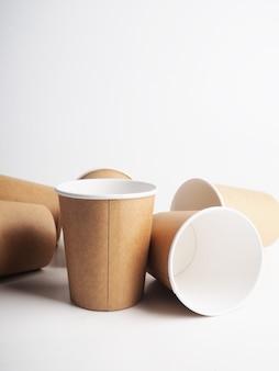 Quelques gobelets en papier vides. concept zéro déchet, vaisselle en papier. gobelet en carton. recyclage. vaisselle jetable écologique. plats écologiques.