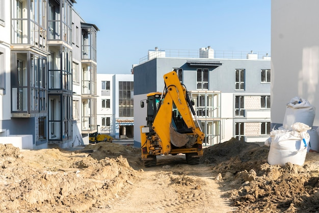 Les quelques machines sur le chantier de construction, le processus de travail et de construction