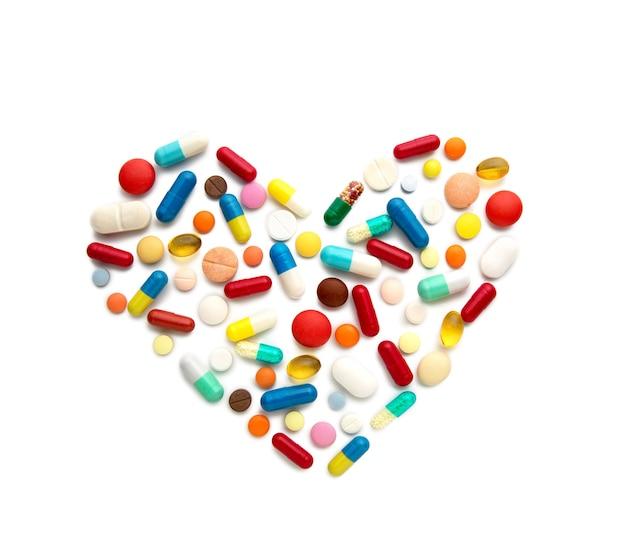 Quelques pilules différentes sous forme de cœur