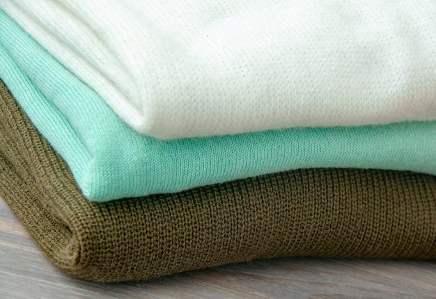 Quelques pulls tricotés chauds empilés