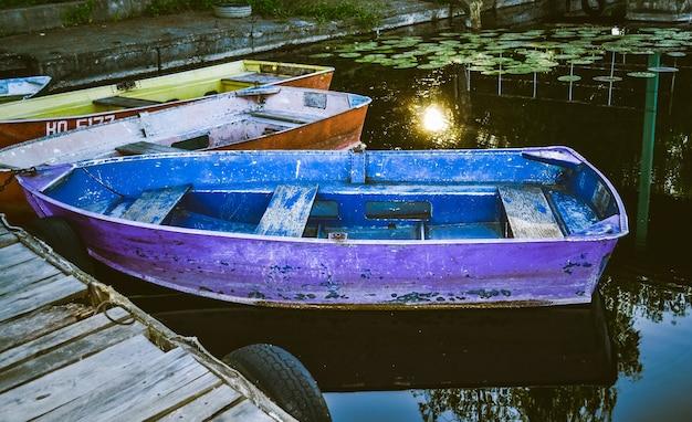Quelques vieux bateaux sur le quai