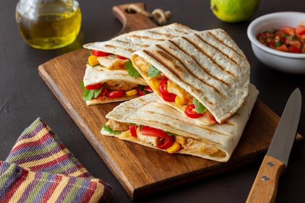 Quesadilla au poulet, tomates, maïs, fromage et piment. nourriture mexicaine. fast food.