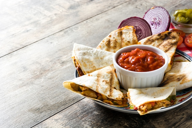 Quesadilla mexicaine au poulet, fromage et poivrons sur table en bois