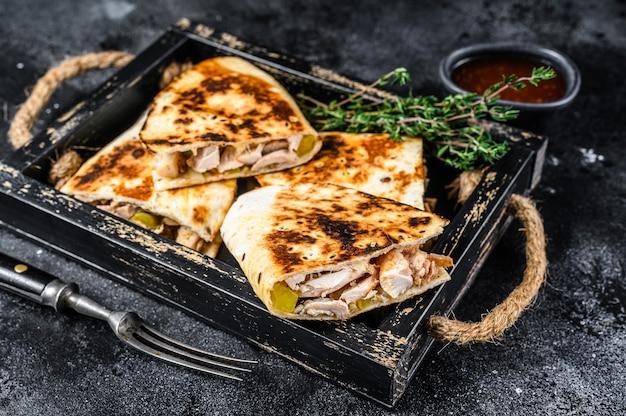 Quesadilla mexicaine au poulet, tomate, maïs et fromage