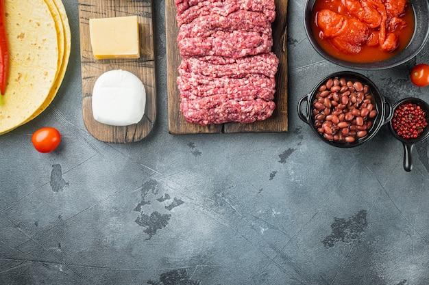 Quesadilla mexicaine et ingrédients, sur fond gris, vue de dessus à plat avec espace de copie pour le texte