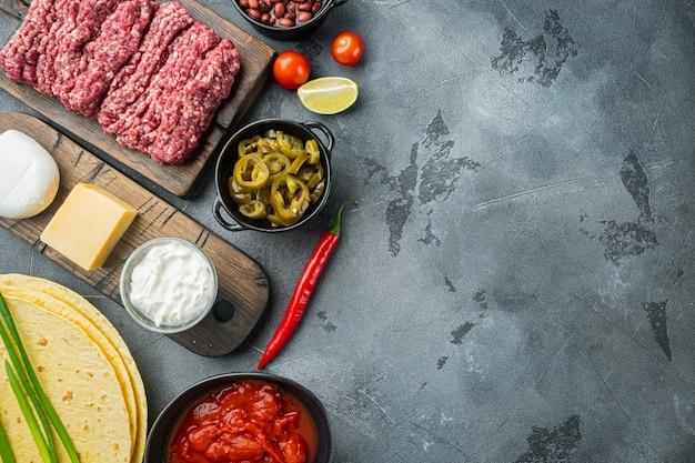 Quesadilla mexicaine et ingrédients, sur table grise, vue de dessus à plat avec copie espace