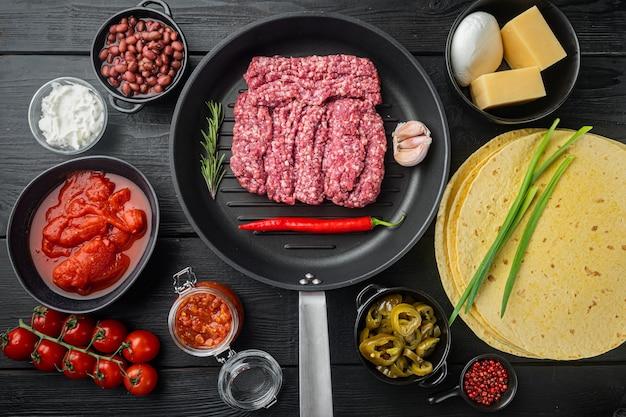 Quesadilla mexicaine et ingrédients, vue de dessus à plat