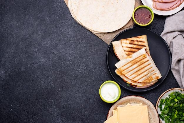 Quesadilla mexicaine traditionnelle de tortilla