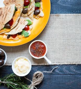 Quesadillas végétariennes délicieuses avec tomates, olives et cheddar