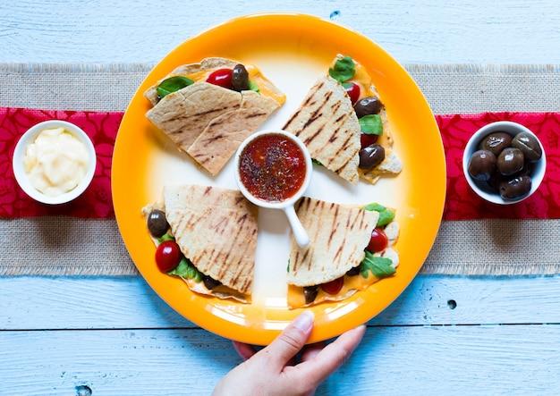 Quesadillas végétariennes délicieuses avec tomates, olives, saãƒâ²ad et cheddar