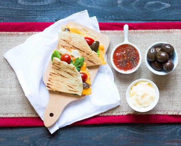 Quesadillas végétariennes délicieuses avec tomates, olives, saòad et cheddar