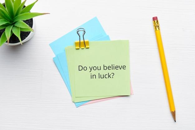 Question philosophique sur la croyance en la chance et la fortune.