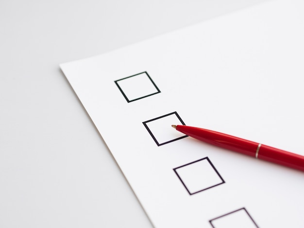Questionnaire électoral inachevé en gros plan avec un stylo