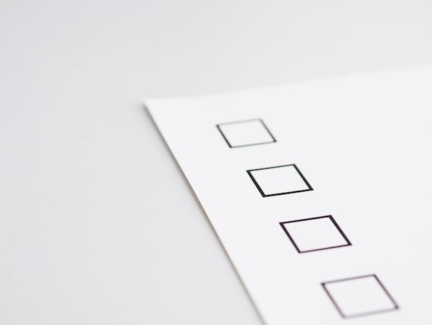 Questionnaire électoral inachevé en gros plan
