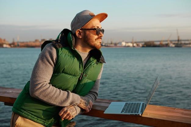 En quête d'inspiration. photo extérieure de beau mec à la mode avec une barbe soignée