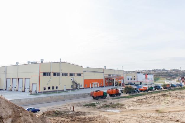 Queue de wagons avec des ordures en attente d'entrer dans l'usine de traitement des ordures