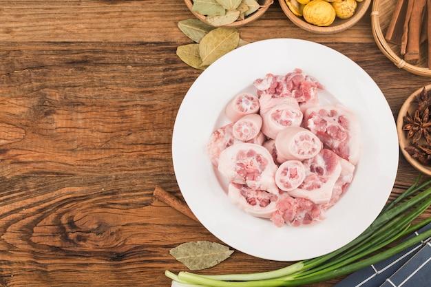 Queues de porc fraîches, os de porc frais