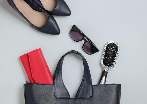 Ce qui est dans le sac chaussures accessoires pour femmes sur fond blanc vue de dessus minimalisme