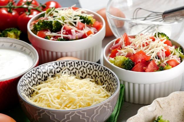 Quiche au brocoli, fromage et tomates