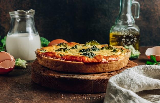 Quiche aux légumes traditionnelle avec brocoli, œufs et fromage