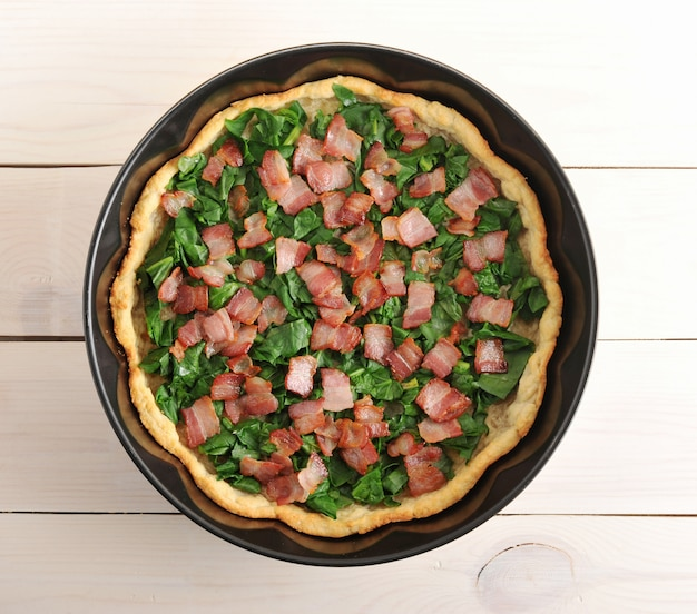 Quiche, épinards et bacon dans le plat de cuisson