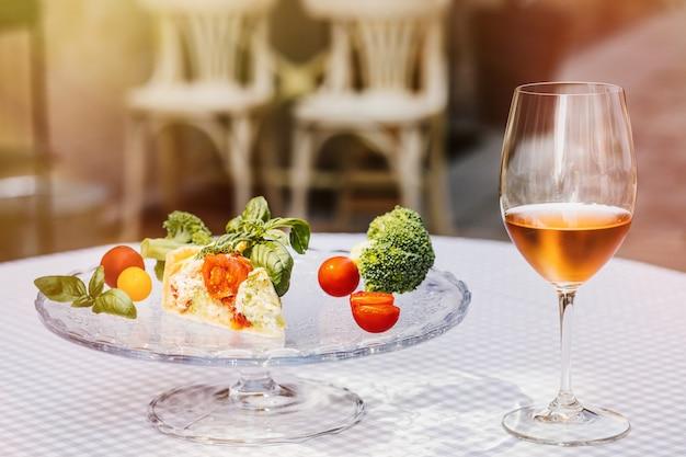 Quiche et légumes avec verre de vin