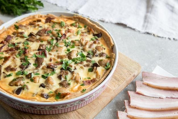 Quiche lorraine faite maison avec poulet, champignons, fromage et bacon. tarte au poulet. tarte au poulet. tarte aux champignons
