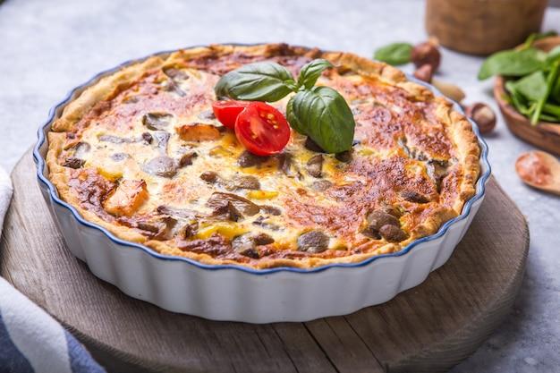 Quiche lorraine maison avec poulet, champignons, fromage. . cuisine. épices, beurre. tarte.