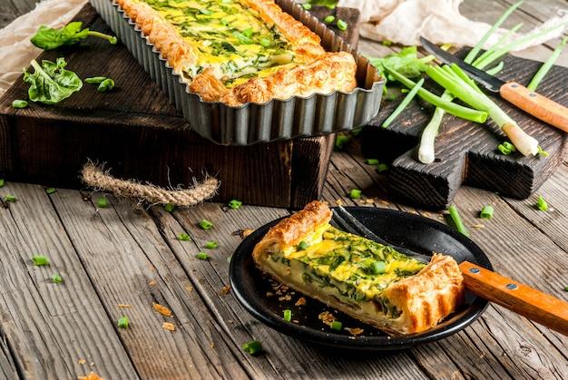 Quiche lorraine de pâte feuilletée, aux jeunes oignons verts et épinards