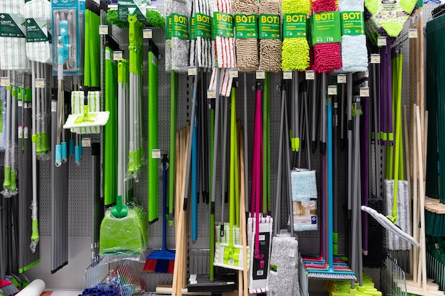 Quincaillerie avec produits de nettoyage, y compris produits de nettoyage.