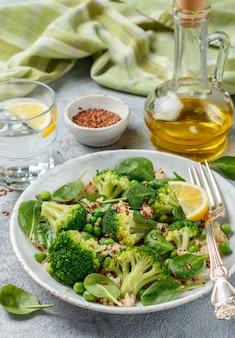 Quinoa aux graines de brocoli, épinards, pois, citron et lin