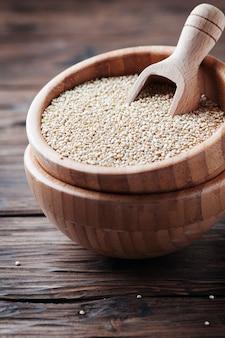 Quinoa cru sur la table vintage