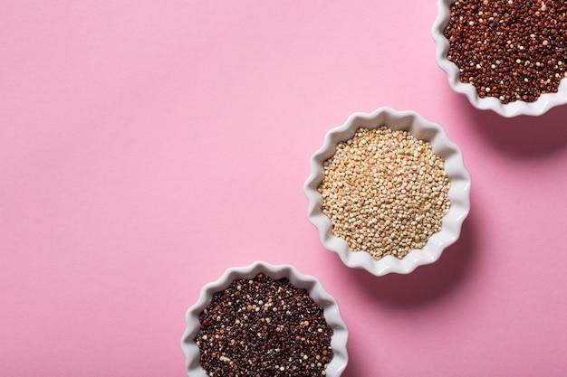 Quinoa dans des bols blancs