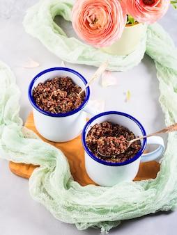 Quinoa rouge avec des légumes dans des tasses