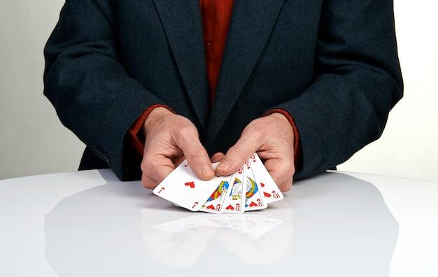 Une quinte flush royale jouant au poker cartes main dans les coeurs