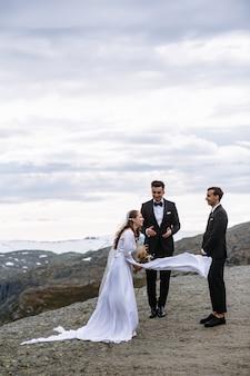 Quitter la cérémonie de mariage sur un fragment de roche en norvège appelé la langue de troll