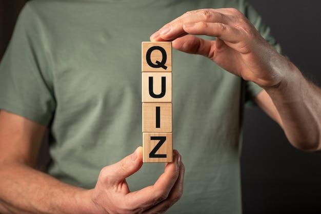 Quiz ou mot de concept de quiz sur des cubes en bois