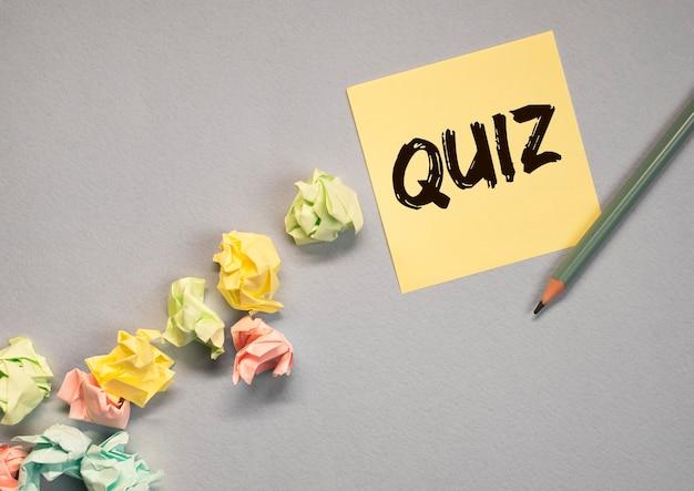 Quiz ou mot de quiz, inscription, jeu amusant avec des questions.