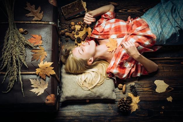 Rabais d'automne sur la lingerie. vente de culottes pour femmes. femme automne tenant la feuille d'or.