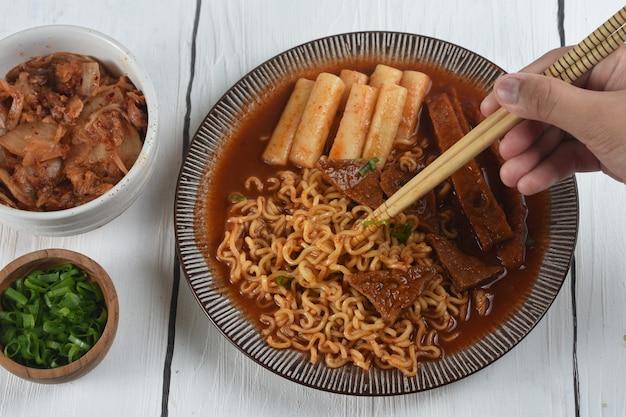 Rabokki est ramen ou nouilles instantanées coréennes et tteokbokki dans une sauce coréenne épicée