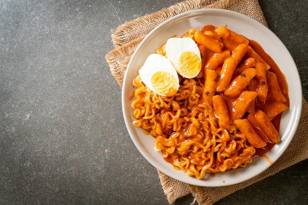 Rabokki (ramen ou nouilles instantanées coréennes et tteokbokki) dans une sauce coréenne épicée - style de cuisine coréenne