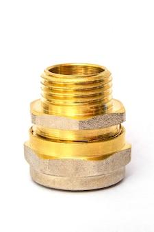 Le raccord en laiton est souvent utilisé pour les installations d'eau et de gaz sur un espace blanc