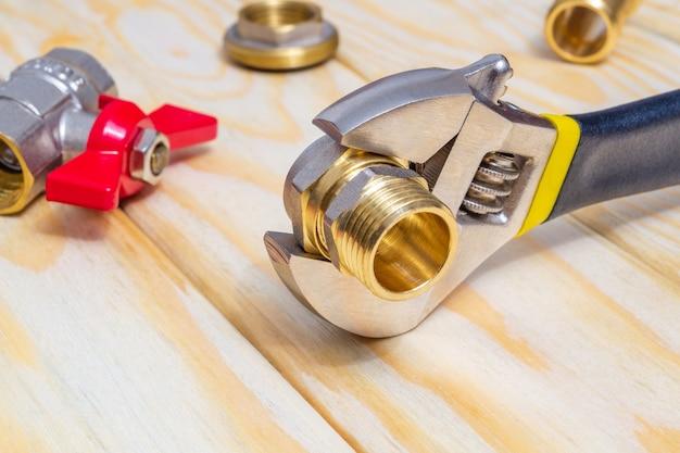 Raccord de plomberie et clé à molette gros plan